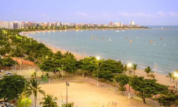 Praia de Pajuçara com céu azul e mar calmo
